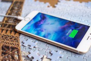 تقارير وتسريبات تتحدث عن قدوم هاتف آيفون 8 مزود بخاصية الشحن اللاسلكي