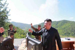 زعيم كوريا الشمالية يتعهد في أعقاب تجربة صاروخية جديدة بعدم التخلي عن الأسلحة النووية