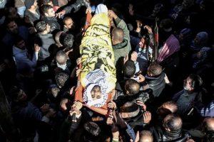 مئات من الشعب الفلسطيني يشيعون جثامين الشهداء الذين سقطوا في قطاع غزة